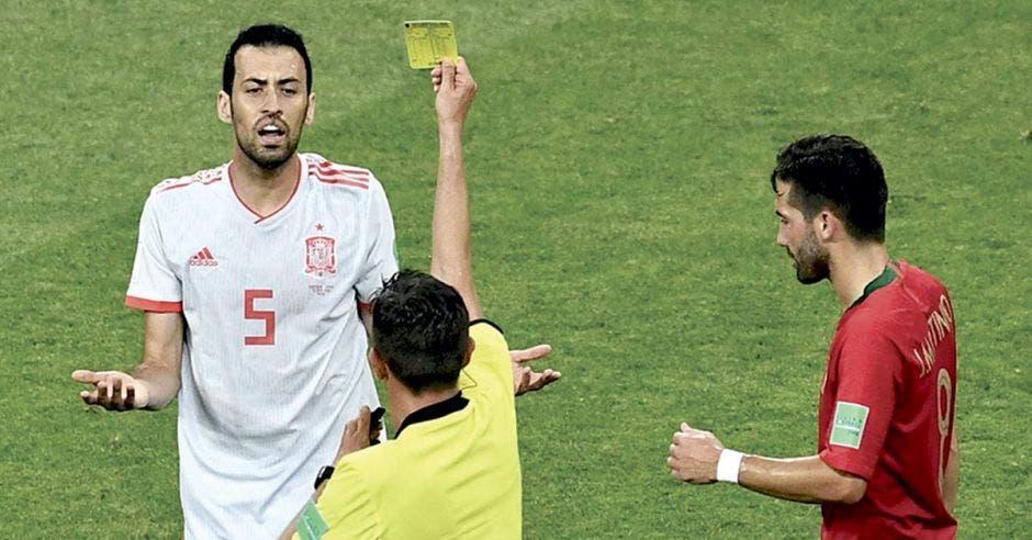 Arbitro muestra tarjeta amarilla