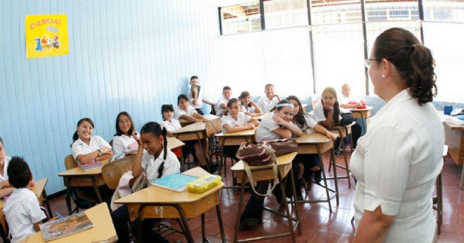 maestra frente a sus alumnos