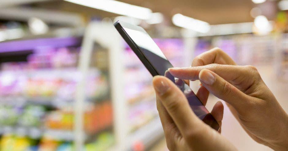 persona utilizando un celular en una tienda