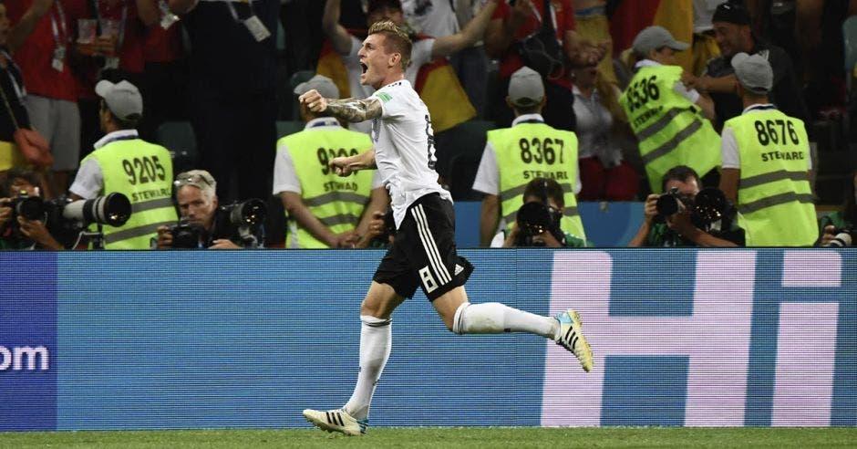 Toni Kroos celebra su golazo a los 95' para vencer a Suecia.