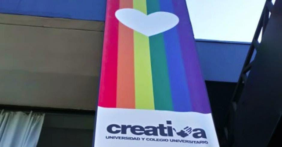Universidad Creativa iza bandera de la diversidad