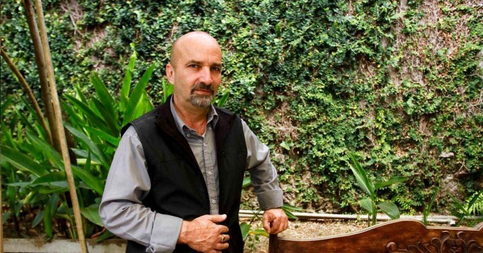 Mariano Figueres en un jardín mira la cámara.