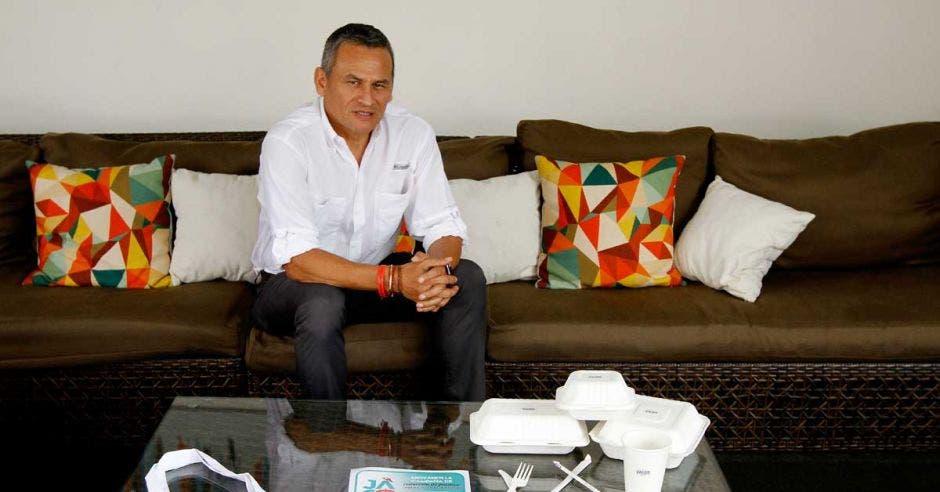 Juan Carlos Chávez, de la Cámara de Turismo y Comercio de Garabito, posa con sustitutos de plástico.
