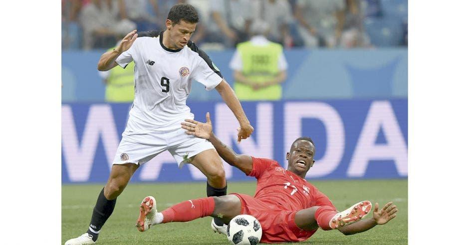 Daniel Colindres lucha un balón con la Selección