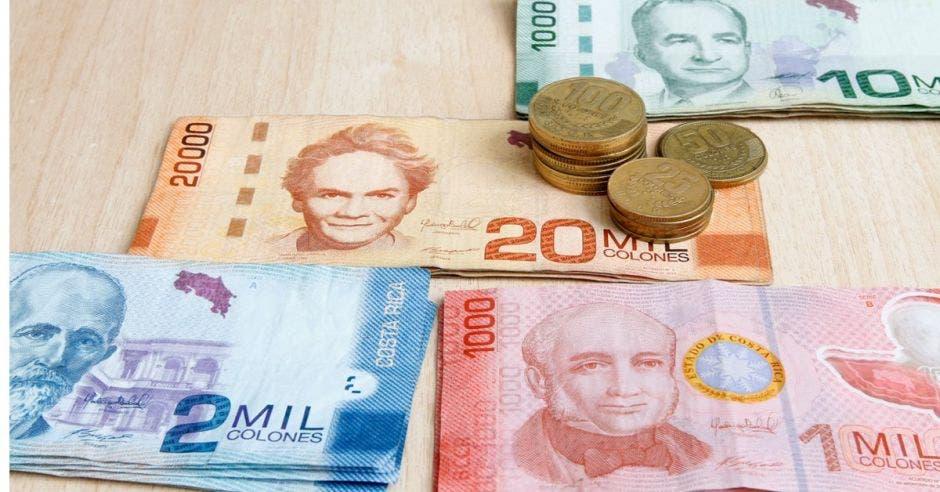 Dinero puesto sobre la mesa