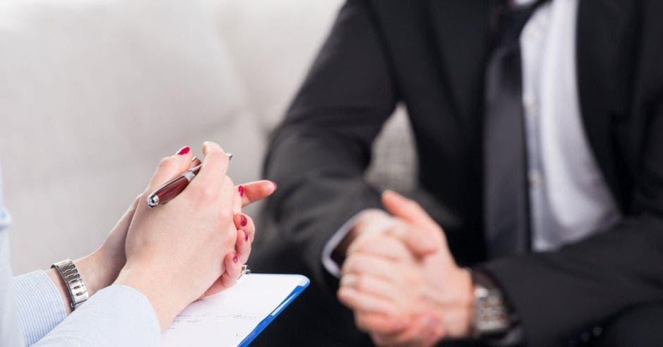 Dos personas en entrevista de trabajo