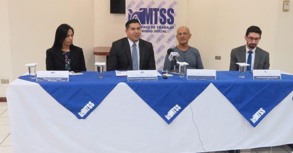 Funcionarios del Ministerio de Trabajo junto a Roy Calderón