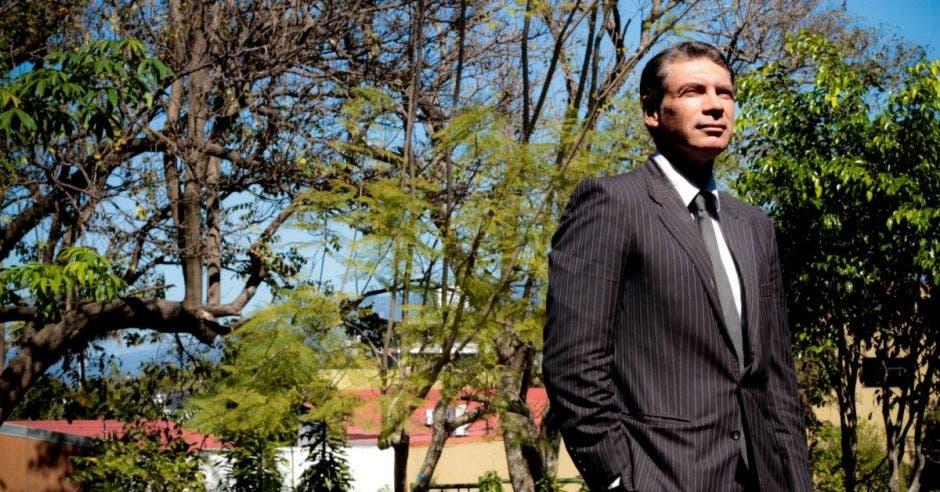 El abogado posa con traje entero