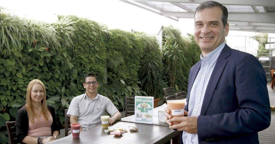 Colaboradores de Roche junto a Álvaro Soto, presidente de la subregión División Farma de Roche América Latina