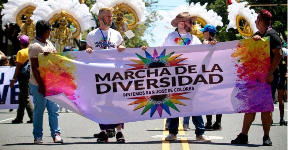 Empresas, figuras políticas y miles de caminantes llenaron de colores San José