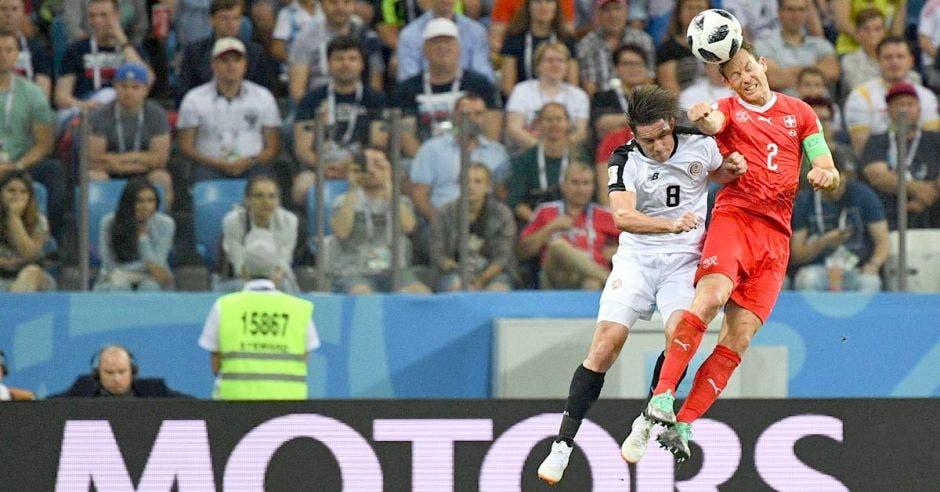Bryan Oviedo disputa un balón en las alturas con Liechtsteiner