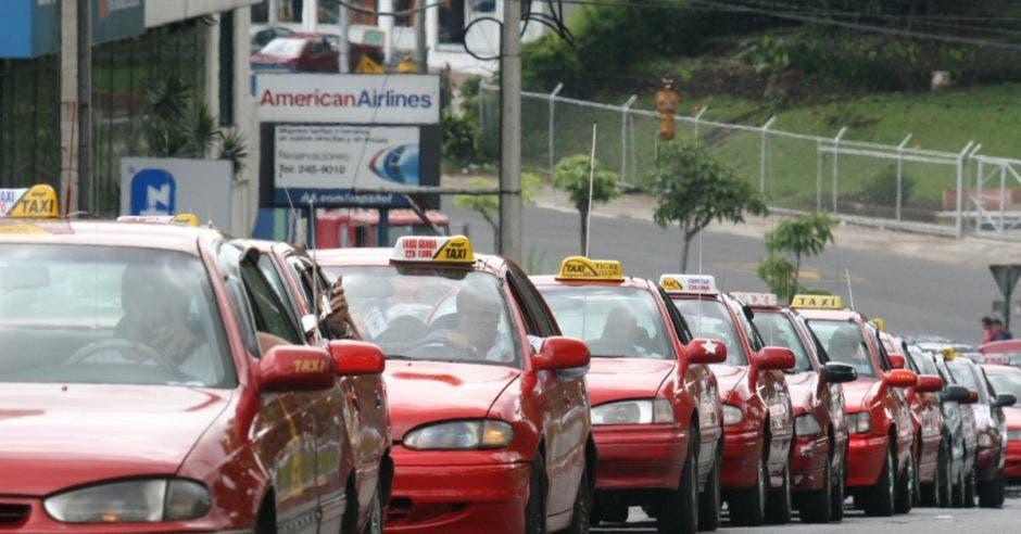 Varios vehículos de taxi hacen presa en la calle