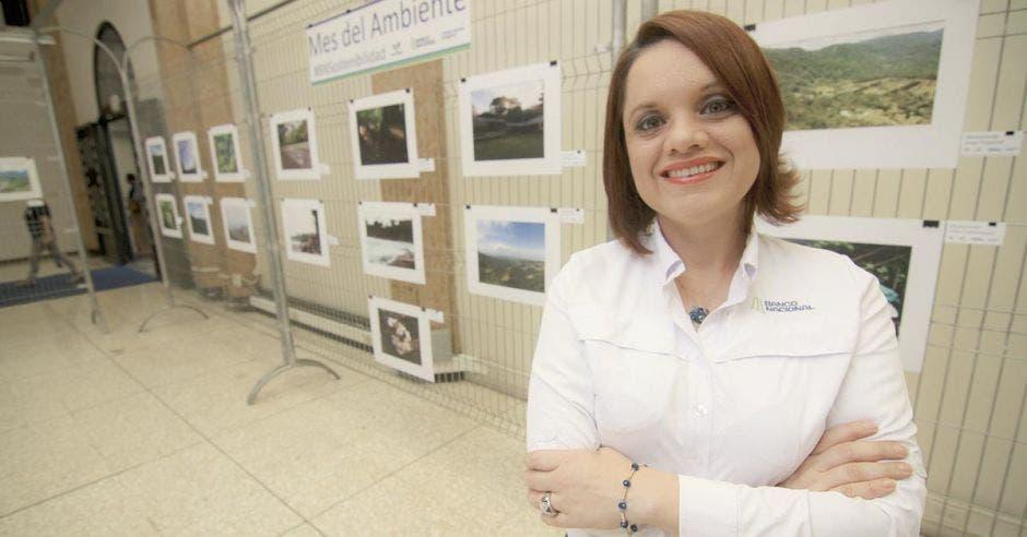 Silvia Chaves, del Banco Nacional, posa en las instalaciones del banco