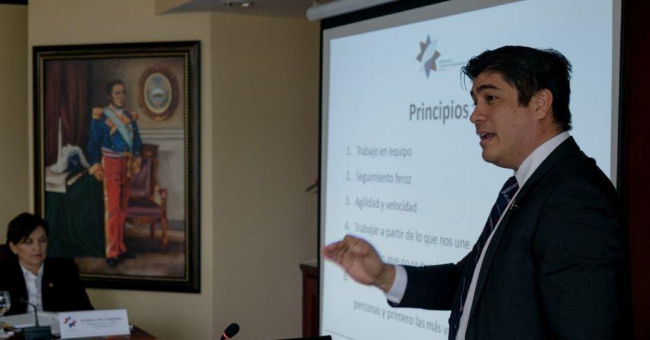 Carlos Alvarado invita a diputados a debatir legalidad de Uber