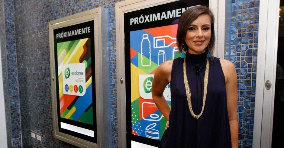 Karla Chaves, de Ecolones, posa junto a uno de los póster de ecolones.