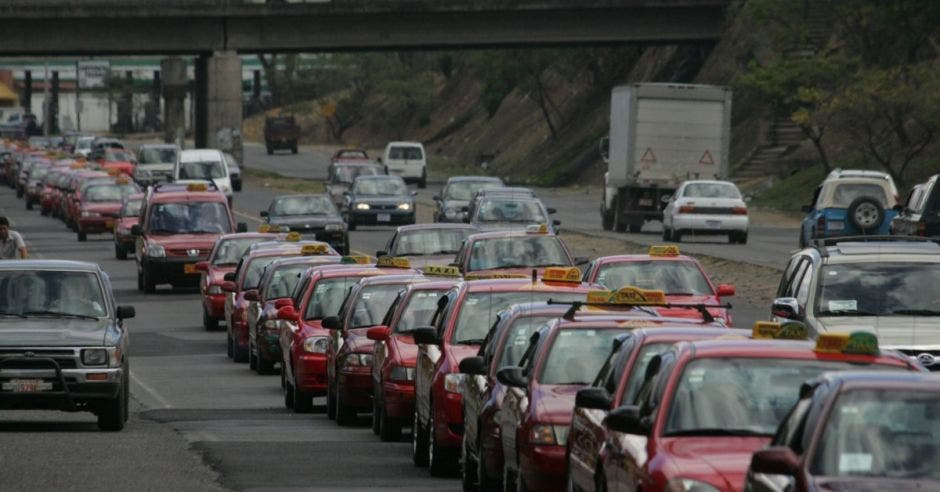 Taxis y carros en la carretera.
