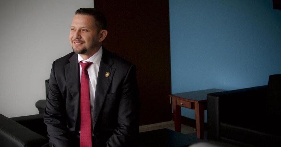 El ministro Luis Adrián Salazar posa en sus oficina sobre un sillón
