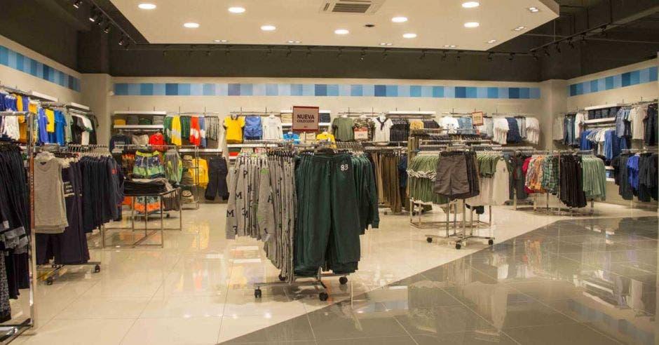 exhibidores de ropa en la tienda remodelada