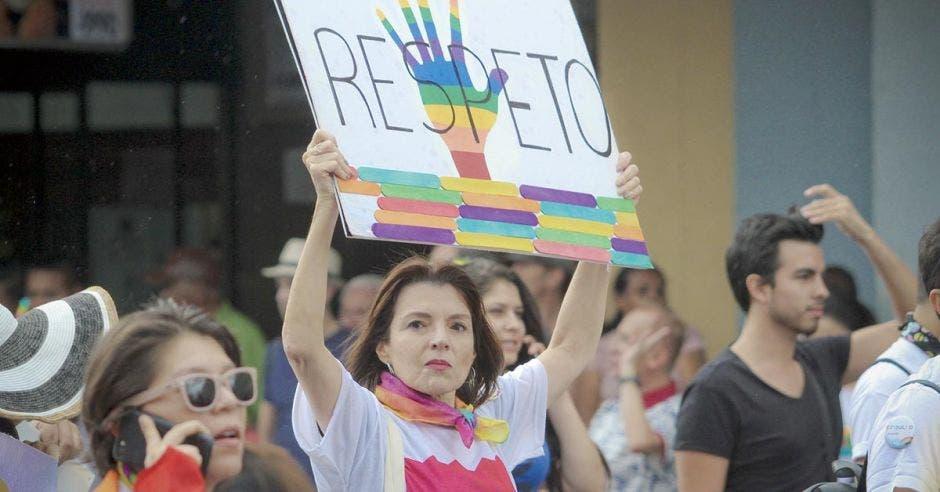 Una mujer sostiene un cartel que dice respeto