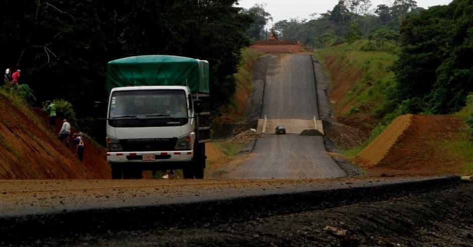 Una calle en mantenimiento y un camión de obreros