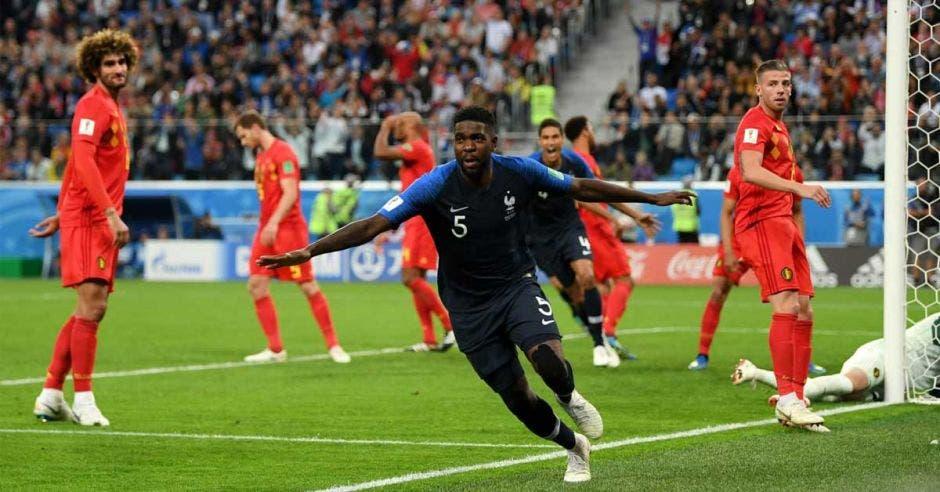 Samuel Umtiti anotó de cabeza para llevar a Francia a la final del Mundial.