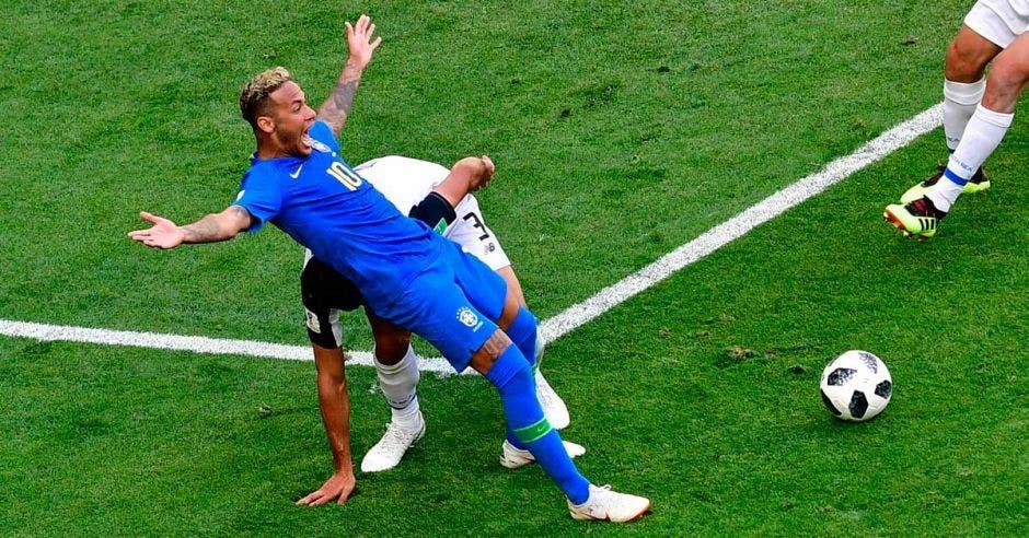 """Neymar Challenge"" desata las redes sociales"
