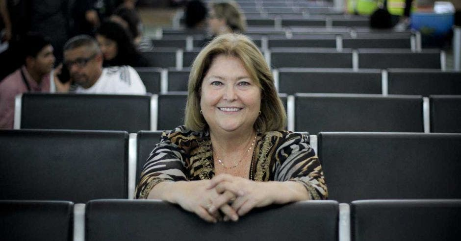 María Amalia sentada en sala de espera del aeropuerto Juan Santamaría