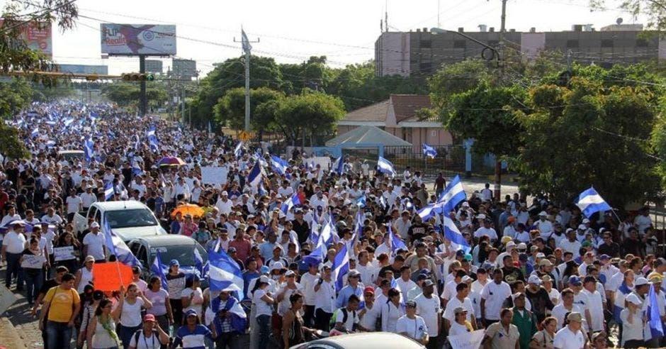 miles de trabajadores marchan en NIcaragua