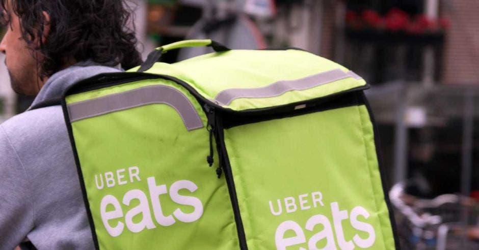 Un usuario de Uber Eats maneja su bicicleta.