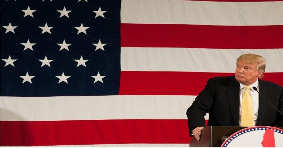 Trump con bandera atrás
