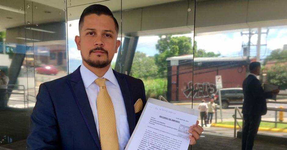 Carlos HIdalgo sostiene el recurso de amaparo presentado