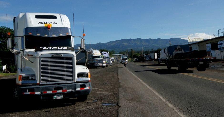 Camiones apostados por la ruta a San Ramón