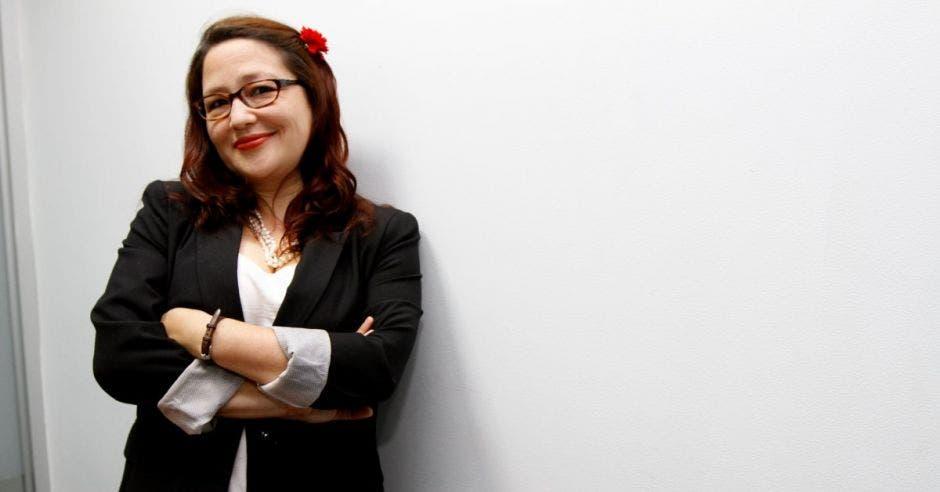 Larissa Arroyo con los brazos cruzados arrecostada a una pared