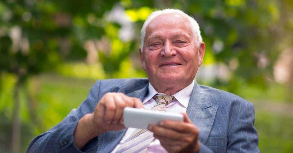 kölbi ayuda a adultos mayores a usar teléfonos inteligentes