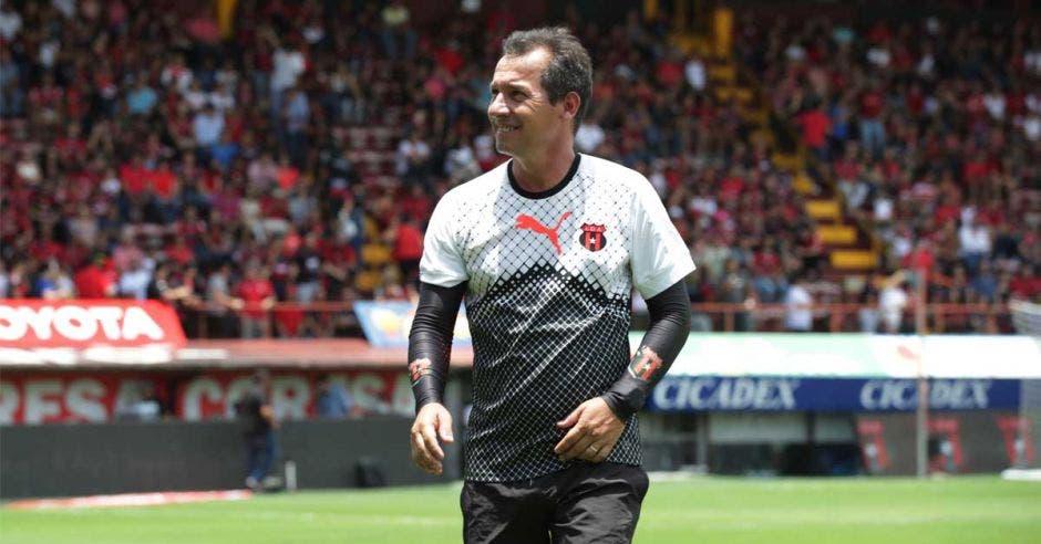 """Wilmer López: """"Salario de técnicos extranjeros se ha inflado, al tico lo limitan"""""""