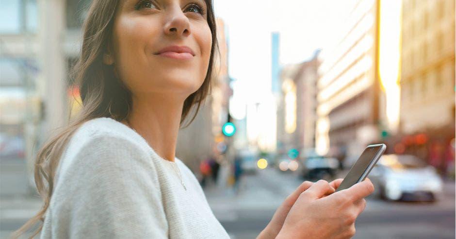 Mujeres usan más Uber que los hombres por precio y seguridad