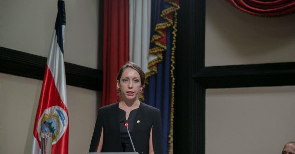 La jerarca del Congreso en el podio del congreso dando un discurso