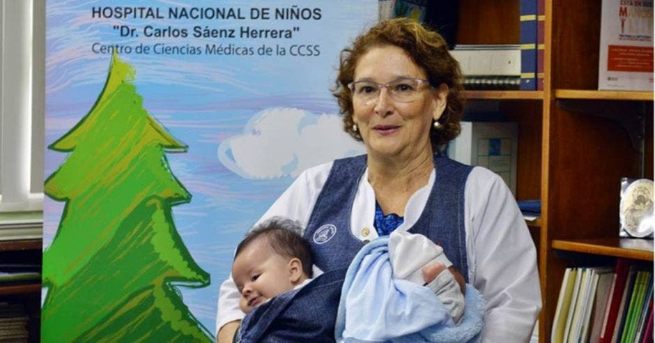 Caja confecciona prenda especial para evacuar a bebés en hospitales