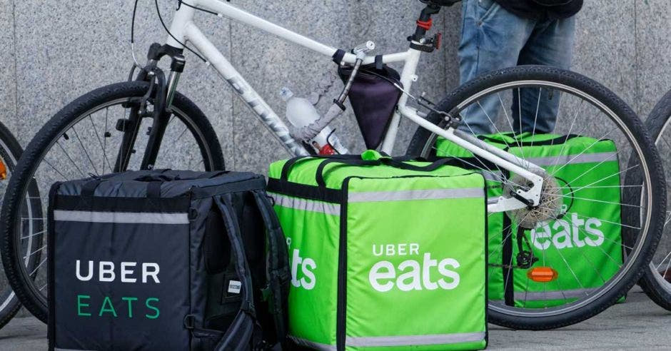 Una bicicleta junto a los maletines de Uber Eats