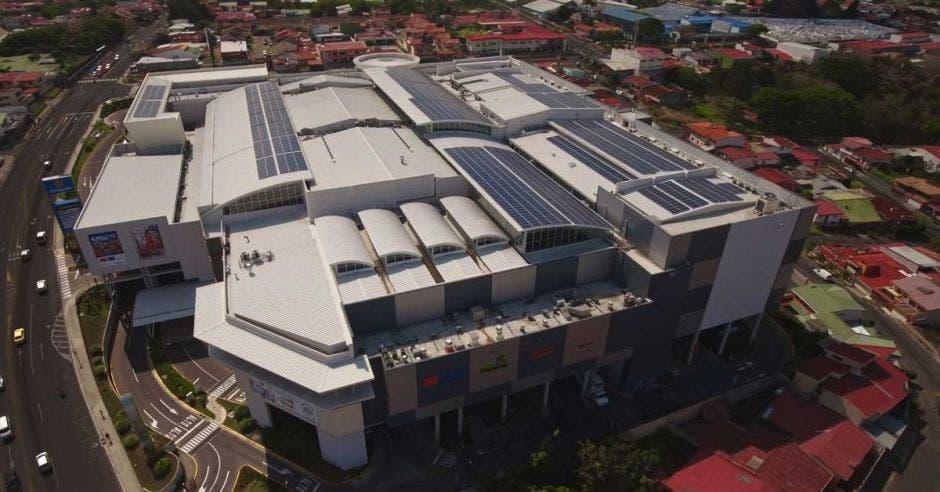 Lincoln Plaza instala más de 2 mil paneles solares para alimentar áreas comunes