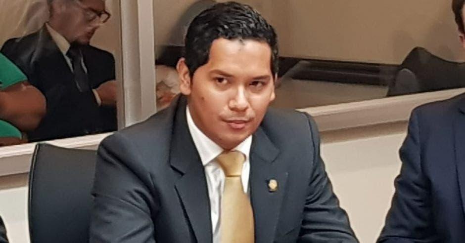 Gustavo Viales, de Liberación Nacional, con corbata color dorado y un saco gris