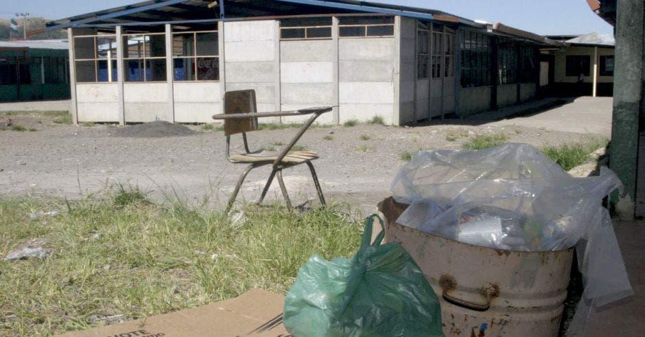 La Machaca: Mientras en el país hay decenas de escuelas en mal estado, el Ministro de Educación les regala ¢15.000 millones a las universidades.