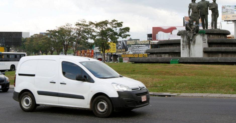 Un vehículo pasa por la rotonda de las garantías sociales
