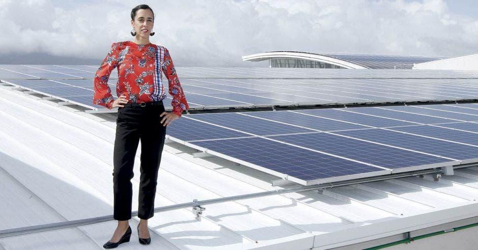Adriana Acosta posa en el techo de Lincoln Plaza junto a los paneles.