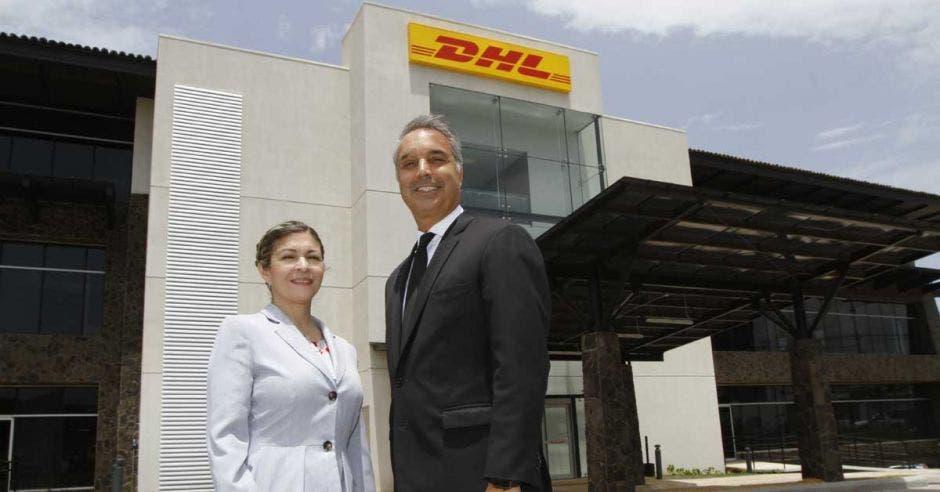 Mike Parra, CEO de DHL Express Américas, junto a Carla Carrillo, directora de Servicios Financieros para las Américas