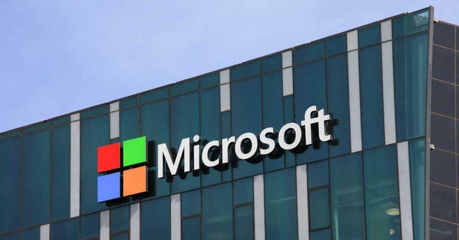 Logo de Microsoft a las afueras del edificio de la empresa en Estados Unidos
