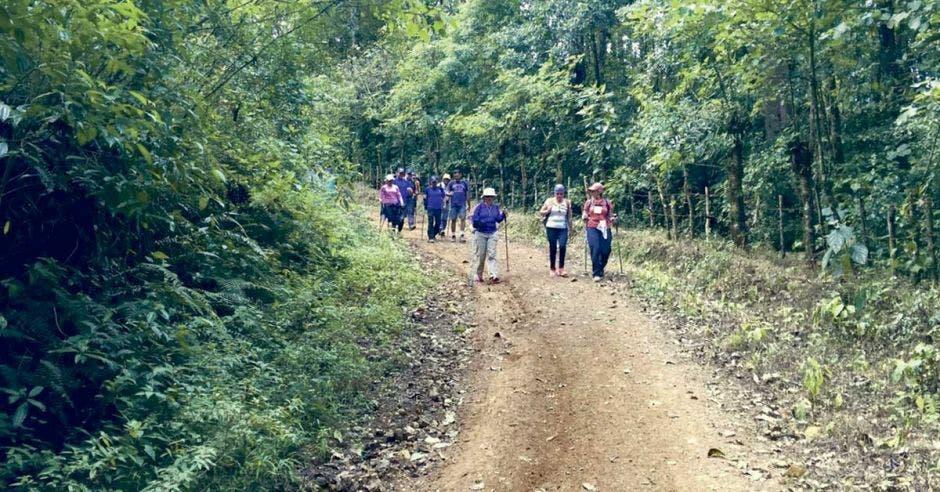 El recorrido total tiene una distancia de aproximadamente 32 kilómetros entre las montañas.