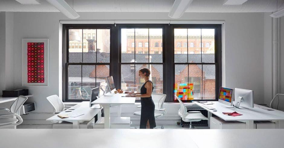 mujer frente a escritorio