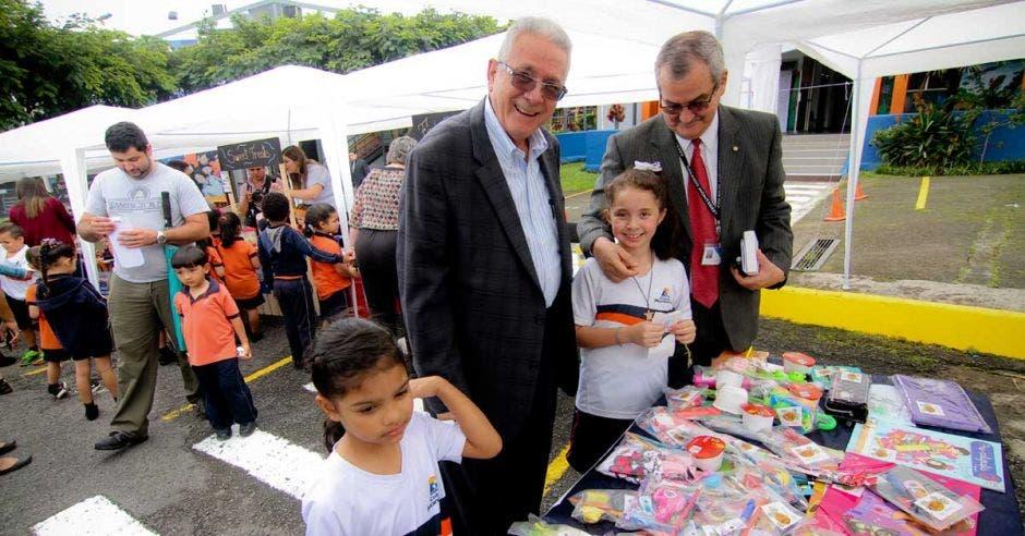Presidente del Banco Central junto a Alfredo Mora del colegio Monterrey