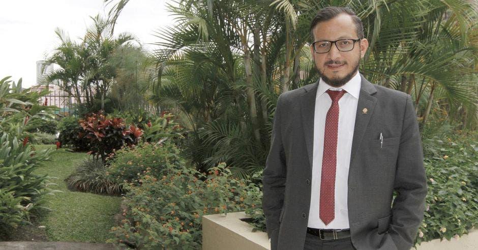 Enrique Sánchez en un jardín del congreso